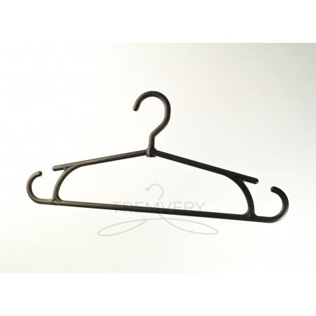 Пластиковая вешалка для одежды зима